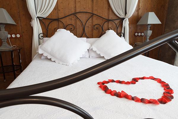 Sorpresa romántica en habitación del hotel