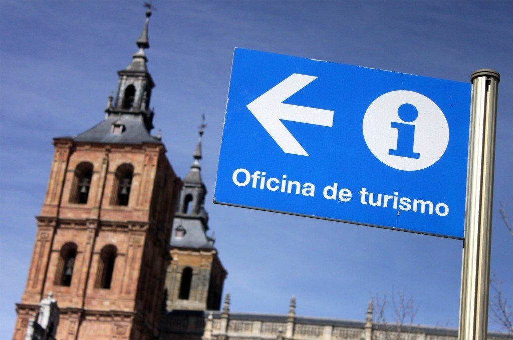 Ahorrar en escapadas de fin de semana consultando en oficinas de turismo