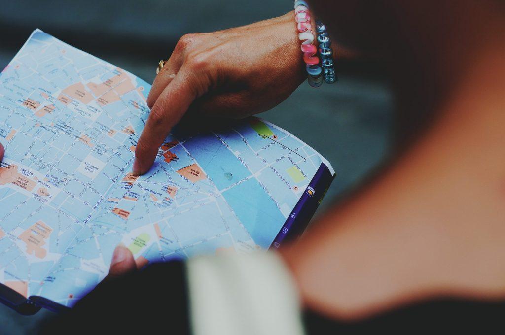 Ahorrar en escapadas de fin de semana planificando recorridos