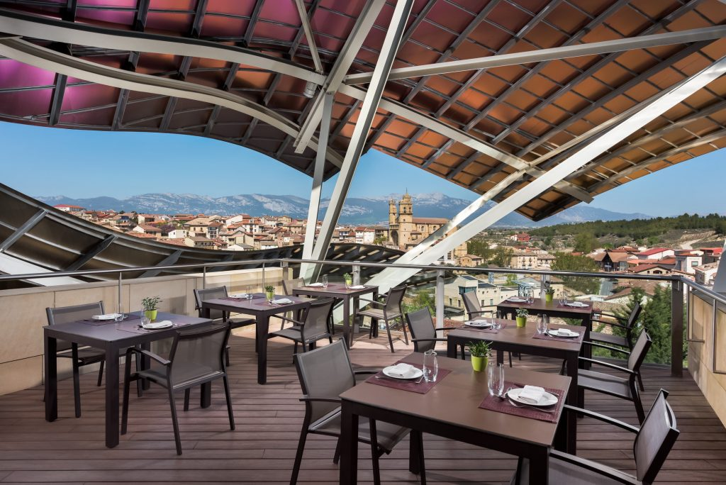 Terraza restaurante 1860 Tradición en Hotel Marqués de Riscal, en Elciego, Rioja Alavesa