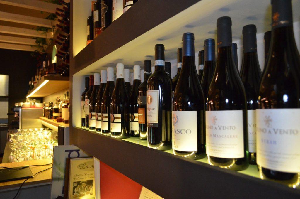 Interior de enoteca donde comprar vino