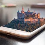 Pantalla móvil con edificio en realidad virtual