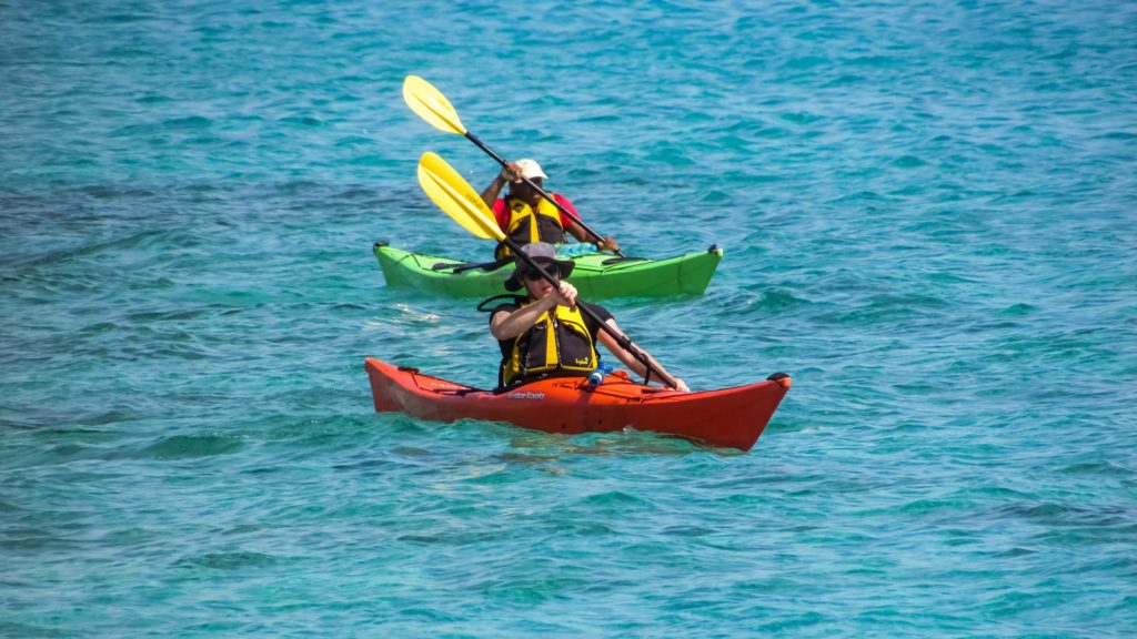 Navegar en piragua de turismo activo en vacaciones de verano