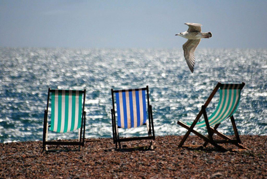 tumbonas de playa en vacaciones de verano