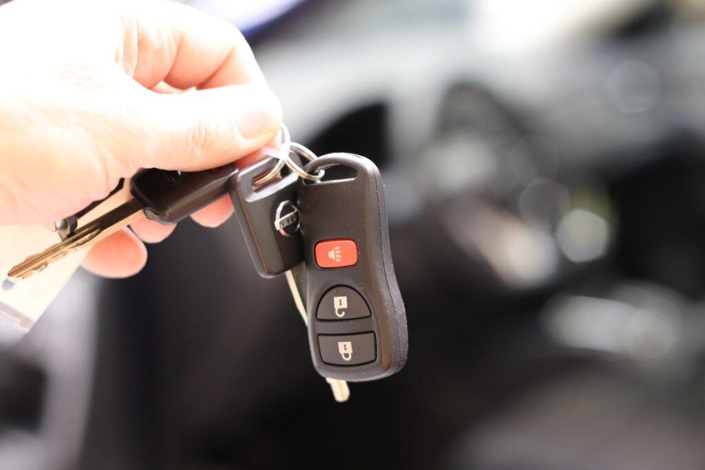 Entrega de llaves de coche de alquiler