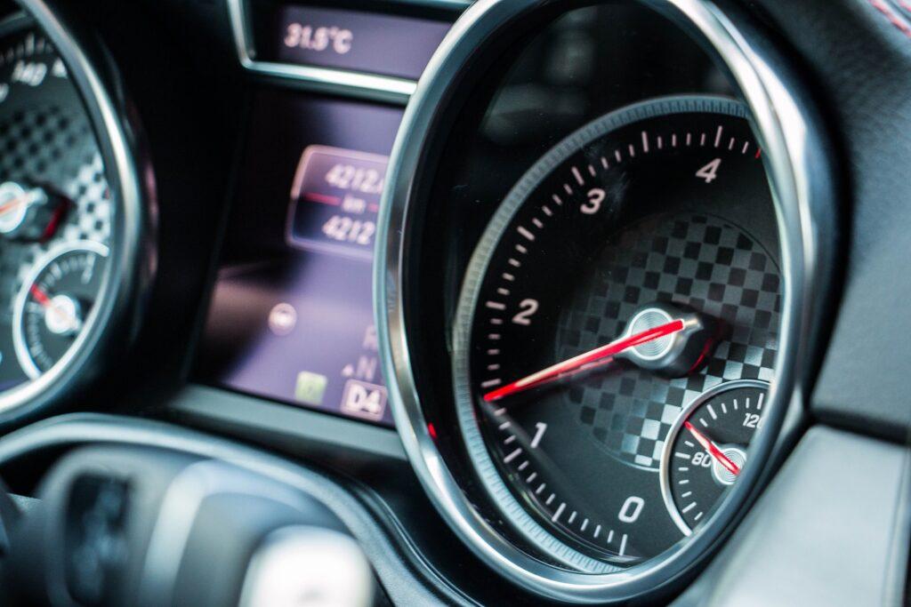 Panel de control y velocidad coche